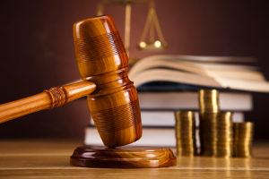 Im Adhäsionsverfahren ist das Kostenrisiko geringer, weil der Geschädigte keinen Prozesskostenvorschuss leisten muss.
