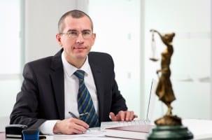 Muss immer ein Anwalt für Schmerzensgeld bedingte Forderungen hinzugezogen werden?