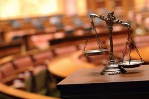 Ein Anwalt ist beim Schmerzensgeld-Prozess nur vor dem Landgericht Pflicht.
