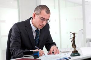 Ein Anwalt hilft Ihnen, Ihren Anspruch auf Schmerzensgeld für eine unnötige Operation durchzusetzen.