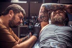 Anzeige wegen Körperverletzung: Ein Tattoo muss trotz Einwilligung bestimmte Anforderungen erfüllen.