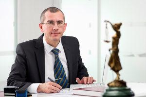 Der Staatsanwalt kann das Diversionsverfahren wählen, wenn der Jugendliche z. B. ein Ersttäter ist.
