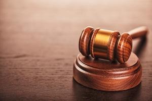 Der Beschuldigte kann Einspruch gegen den Strafbefehl einlegen und damit die Hauptverhandlung erzwingen.