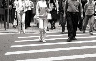 Eine Gesellschaft gibt sich ohne Zivilcourage dem Chaos preis.