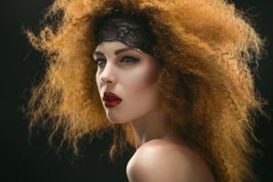 Eine misslungene Haarfärbung kann einen Anspruch auf Schadensersatz gegen den Friseur begründen.
