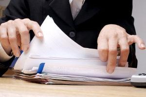 Ob ein hinreichender Tatverdacht besteht, entscheidet der Staatsanwalt auf der Grundlage der Akte.