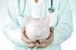 Schwere der Schmerzen und Art der Behandlung beeinflussen die Höhe vom Schmerzensgeld einer Sprunggelenksfraktur.