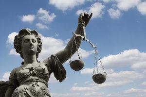 Für Jugendliche gilt das Jugendstrafrecht. Im schlimmsten Fall werden sie zu einer Jugendstrafe verurteilt.