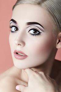 Microblading ist verpfuscht, wenn die Augenbrauen asymmetrisch sind.