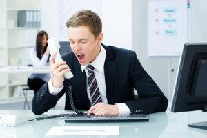 Mobbing am Arbeitsplatz: Wer muss wann Schmerzensgeld zahlen? Laut AGG muss der Arbeitgeber bei Herabwürdigungen entschädigen.
