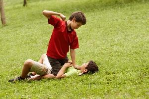 Bei Notwehr spielt auch die Verhältnismäßigkeit eine Rolle: Die Verteidigung gegen Kinder etwa erscheint zumeist übermäßig.