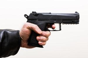 Zivilcourage bei Prügelei: Es ist nicht abzusehen, ob nicht einer der Täter doch eine Waffe gegen den Helfer richtet.