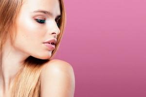 Kurzzeitige Reizungen, Schwellungen und leichte Schmerzen nach der Permanent Make-up-Behandlung sind normal.