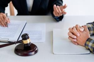 Wer Schmerzensgeld im Ausland geltend machen will, sollte sich an einem hierauf spezialisierten Anwalt wenden.