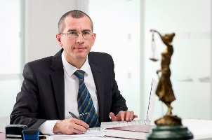 Für eine erfolgreiche Klage auf Schmerzensgeld wegen Mobbing sollte ein Anwalt zu Rate gezogen werden.
