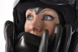 Neben dem Schmerzensgeld bei einem Motorradunfall spielt die Helmfrage eine wichtige Rolle. Empfohlen wird, bewusstlosen Unfallopfern den Helm abzunehmen.