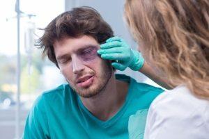 Schmerzensgeld: Auch multiple Prellungen können eine Entschädigung nach sich ziehen.