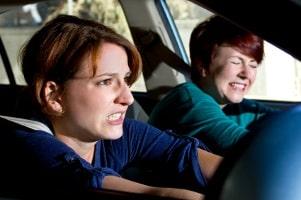 Um Schmerzensgeld bzw. ein Schleudertrauma zu verhindern, ist die richtige Einstellung der Kopfstütze unerlässlich.