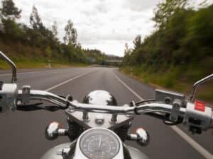 Schmerzensgeld bzw. Verletzungen bei einem Motorradunfall kann durch Schutzkleidung vorgebeugt werden.