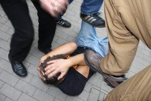 Eine schwere Körperverletzung in der Gruppe begangen kann für jeden strafrechtliche Konsequenzen haben.