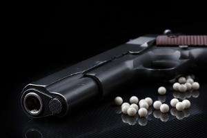 Auch Softair-Pistolen gelten als Schusswaffen im Sinne des WaffG und seiner Anlage 1.