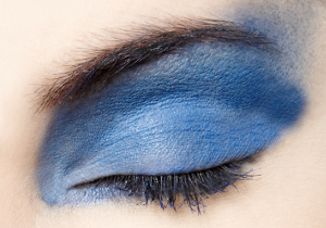 Starke Schmerzen nach unsachgemäßem Permanent Make-up können auf eine Augenverletzung hindeuten.
