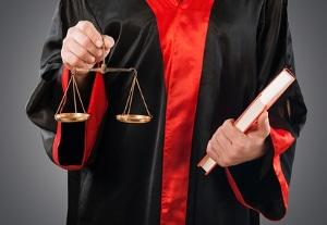 Eine Strafe wegen Körperverletzung im Amt müssen etwa auch Richter fürchten.