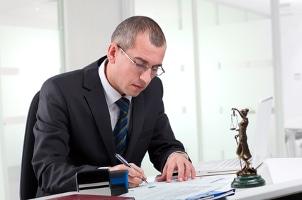 Anwalt für Strafrecht: In der Kanzlei oder vor Gericht kann er Opfern und Tätern zur Seite stehen.