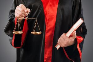 Im Strafrecht ist die leichte Körperverletzung mit der einfachen nach § 223 StGB gleichzusetzen.