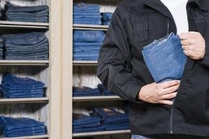 Kein Versuch einer Straftat: Steckt ein Ladendieb seine Beute in die Tasche, ist das bereits ein vollendeter Diebstahl.