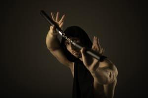 Was sind verbotene Waffen? Z. B. dieses Nunchaku, mit dem ein geübter Bauer einen Samurai in Schach halten konnte.