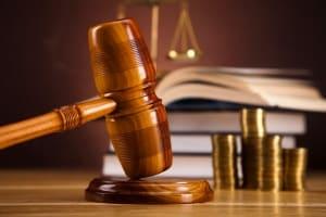 Eine Zivilklage zum Schmerzensgeld findet in erster Instanz vor einem Amts- oder Landgericht statt.